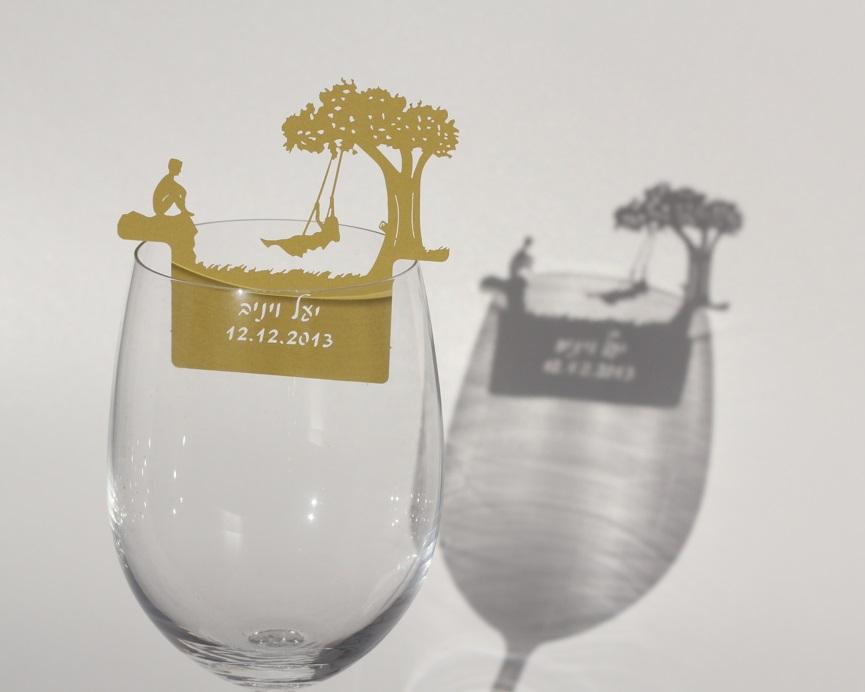 מיתוג כוסות יין - ילדה על נדנדה