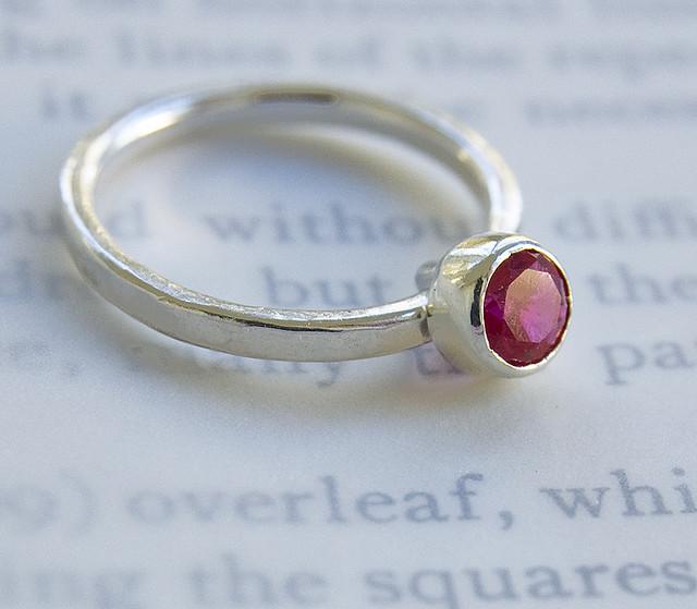 טבעת נישואין עם רובי אדומה