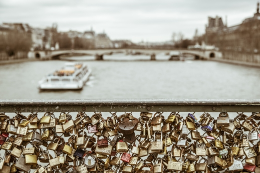 מנעול - סימן לאהבה בגשר פריזאי